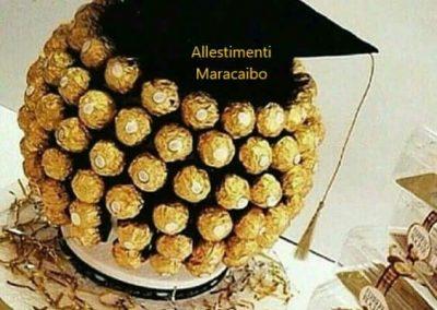 Allestimento laurea cappello cioccolatini ferrero roches composizione laureato festa addobbi Marche