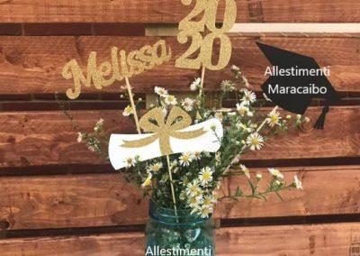 Composizione fiori laurea centrotavola decorazioni allestimento festa