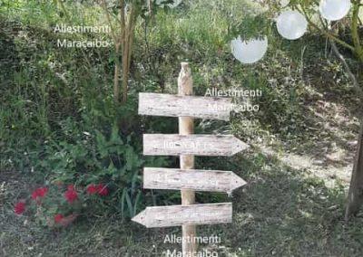 Cartello indicazioni legno con indicazioni cartelli decorativi giardino festa cerimonia battesimo matrimonio evento palloncini allestimento